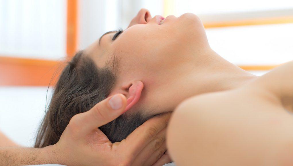 masaż szyi i głowa