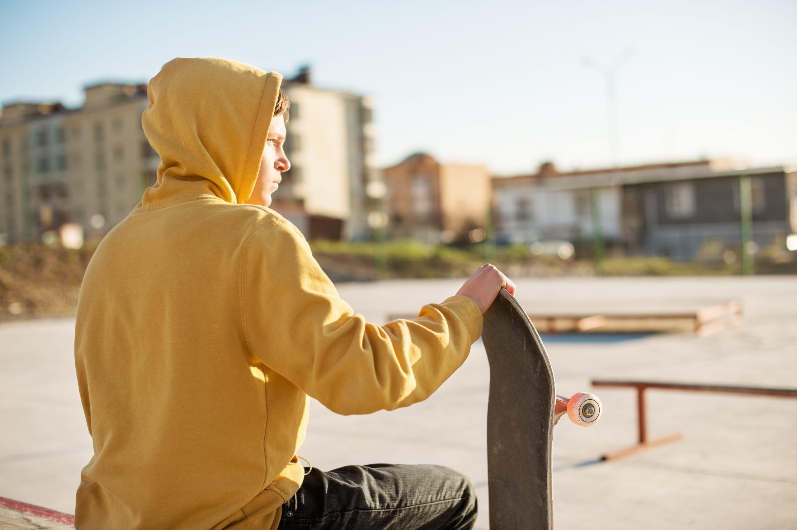 chłopak w żółtej bluzie z kapturem