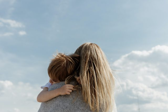 kobieta przytulająca dziecko