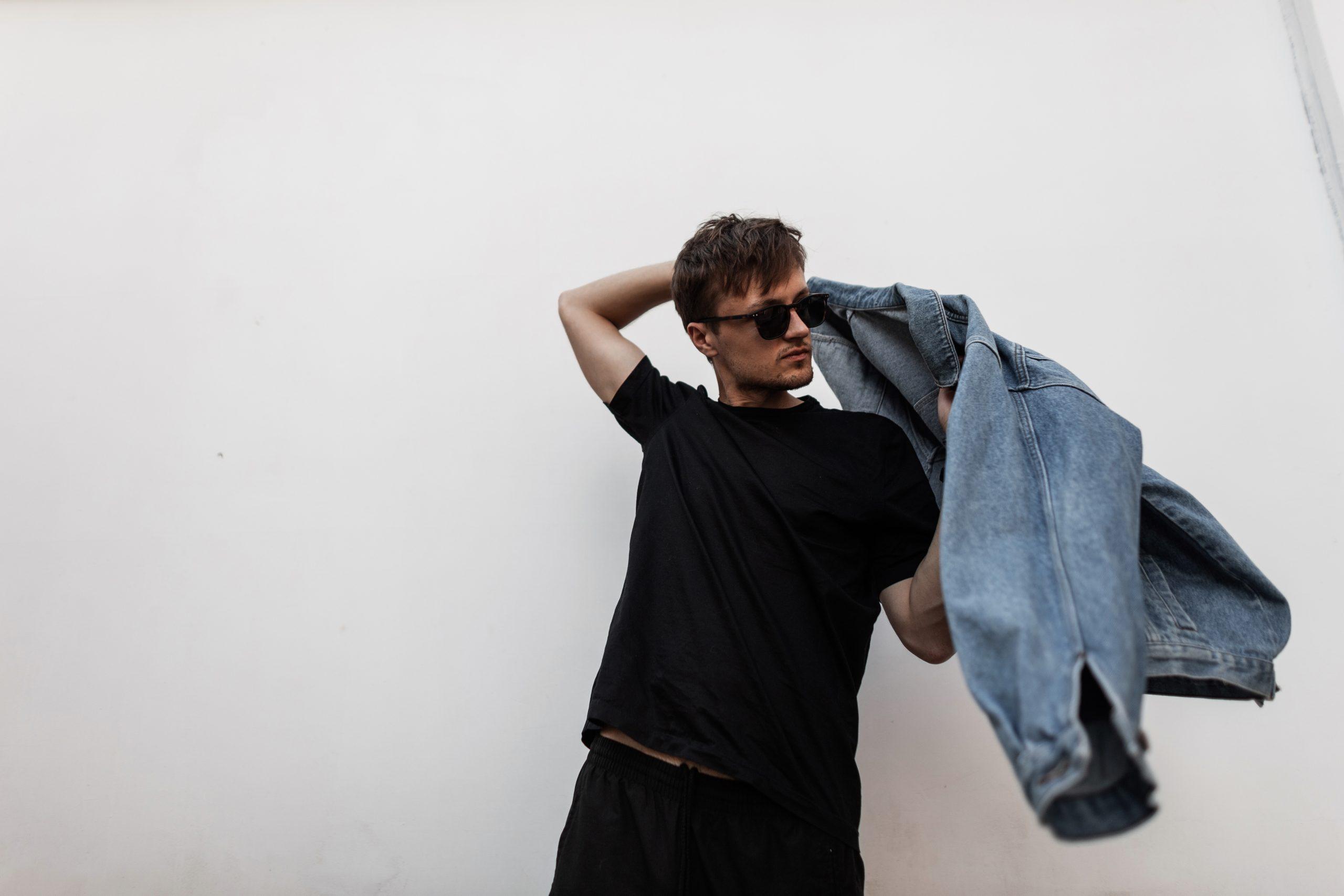 mężczyzna zakładający kurtkę jeansową