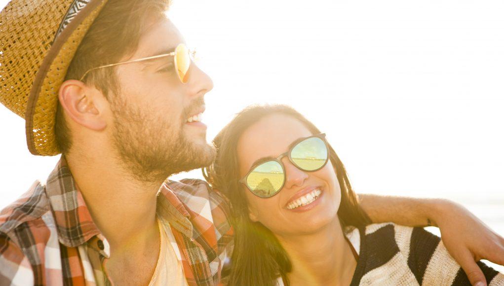 ludzie w okularach przeciwsłonecznych