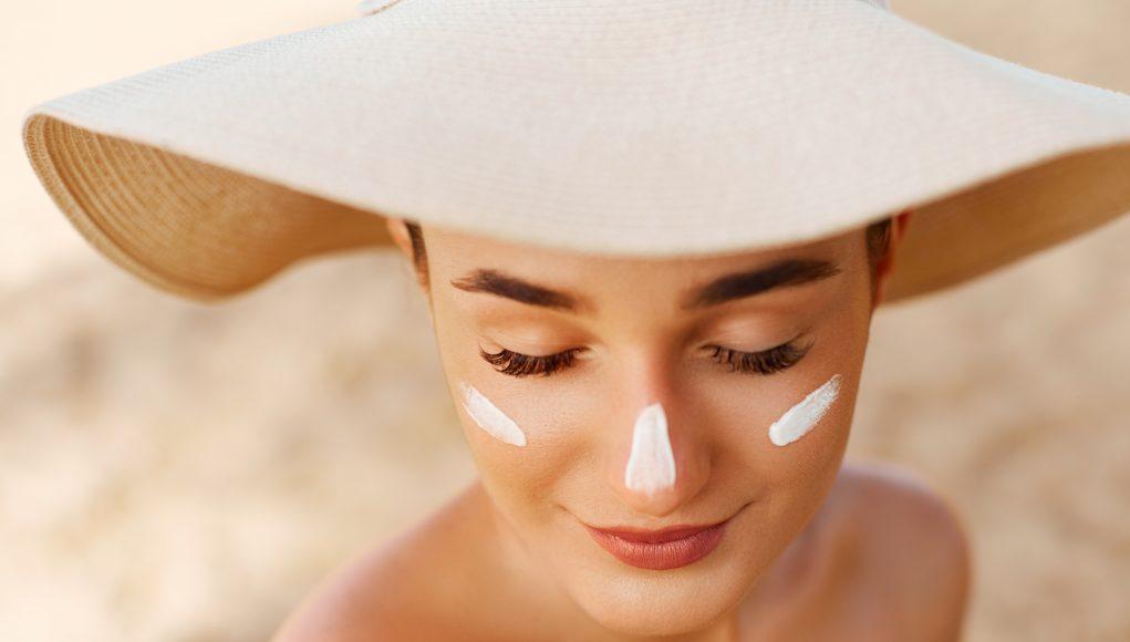 piękna kobieta w kapeluszu na plaży