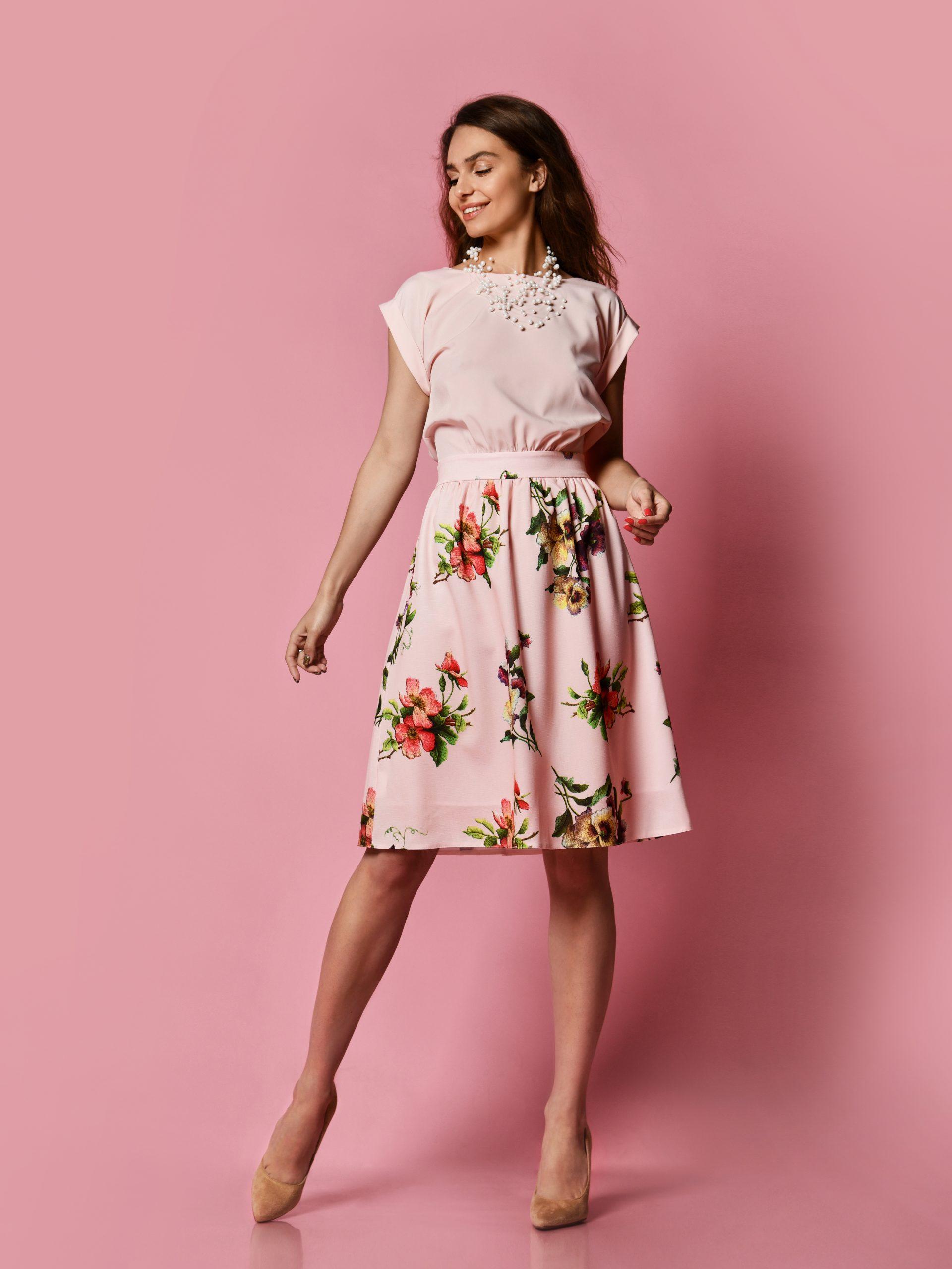 spódnica i bluzka w podobnym kolorze