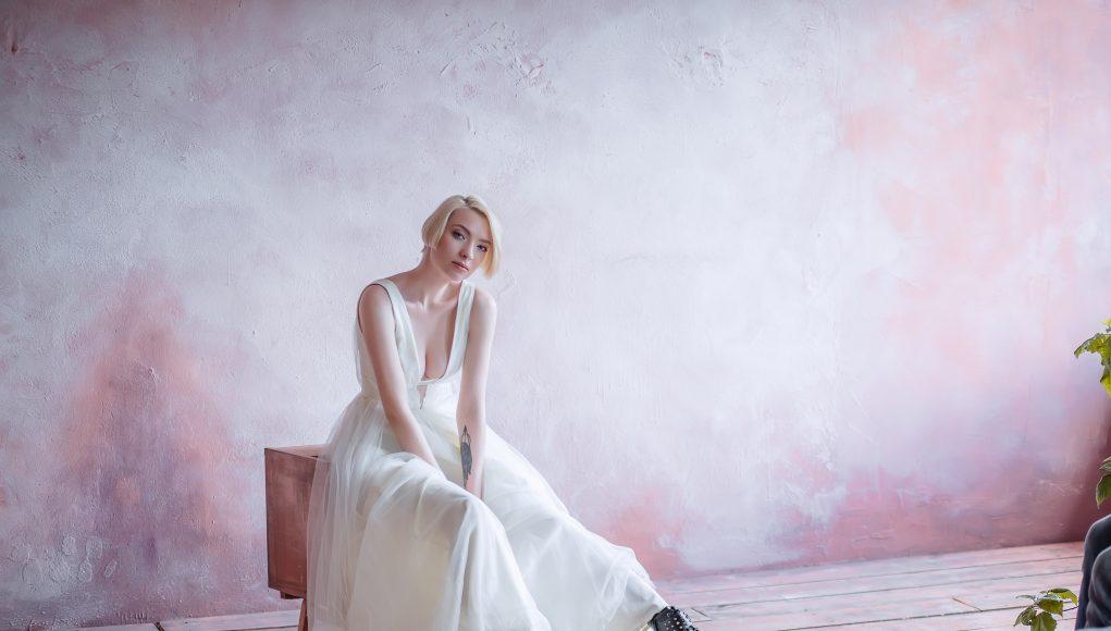 piękna blondynka w glanach i sukni ślubnej