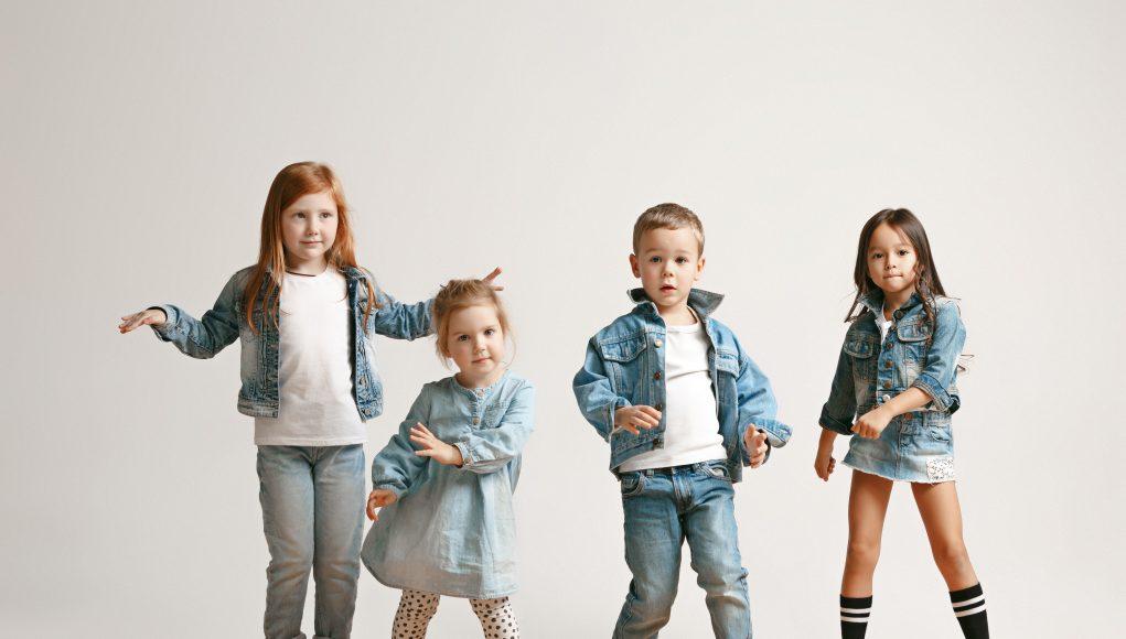 dzieci w odzieży jeansowej