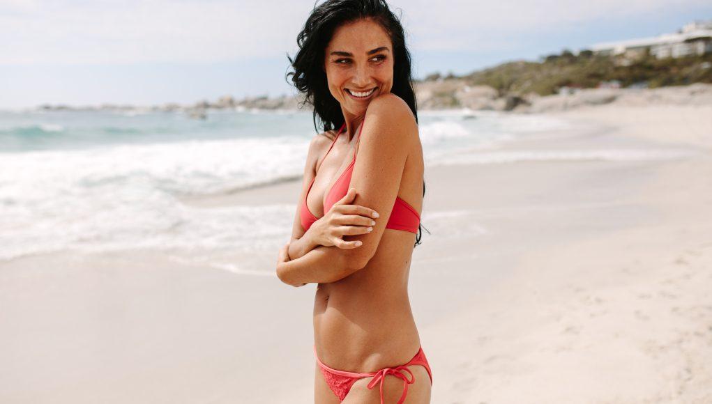 kobieta w dwuczęściowym kostiumie kąpielowym