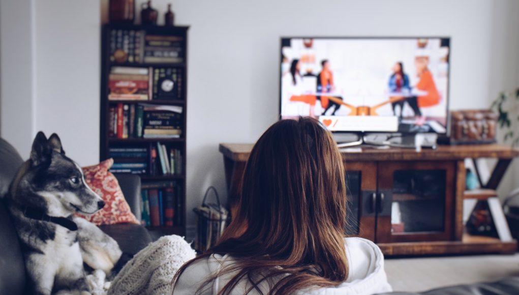 kobieta z psem przed telewizorem