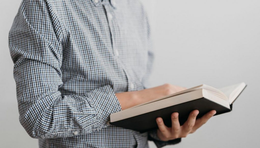 czytanie książki używanej
