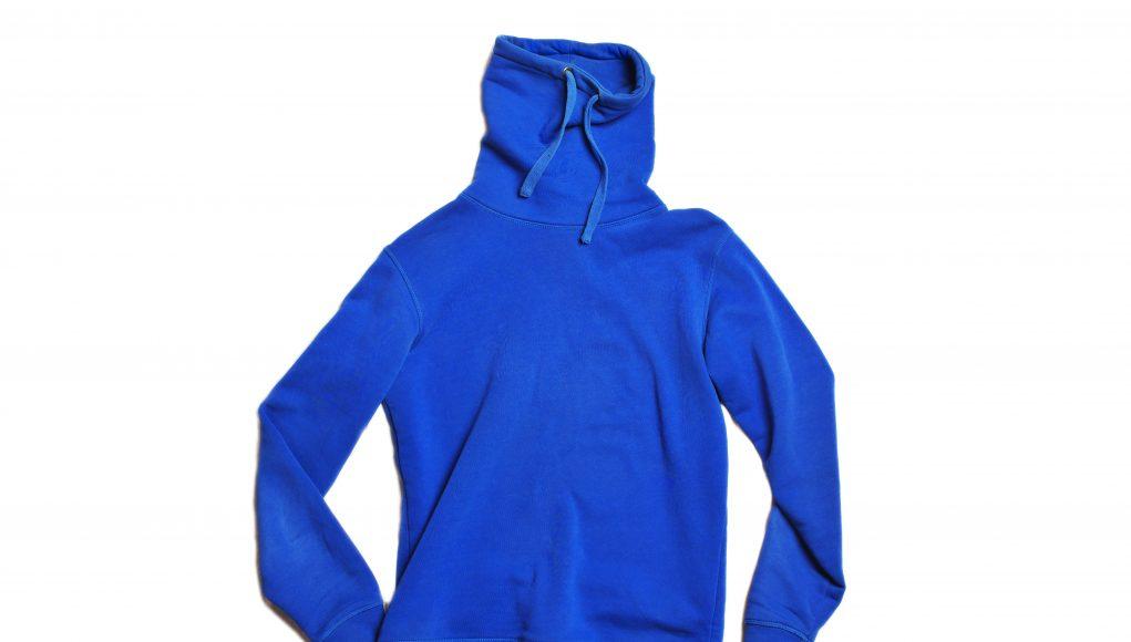 niebieska bluza polarowa